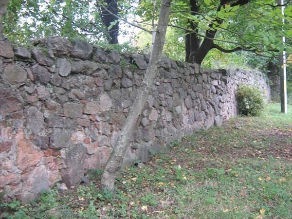 Останки старой стены вокруг КОСТЛА(Тывров)
